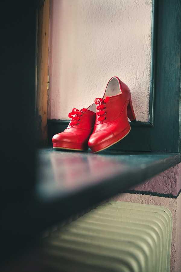 Κόκκινα σκαρπίνια με κορδόνια από τηνΆντζελα Ράπτη