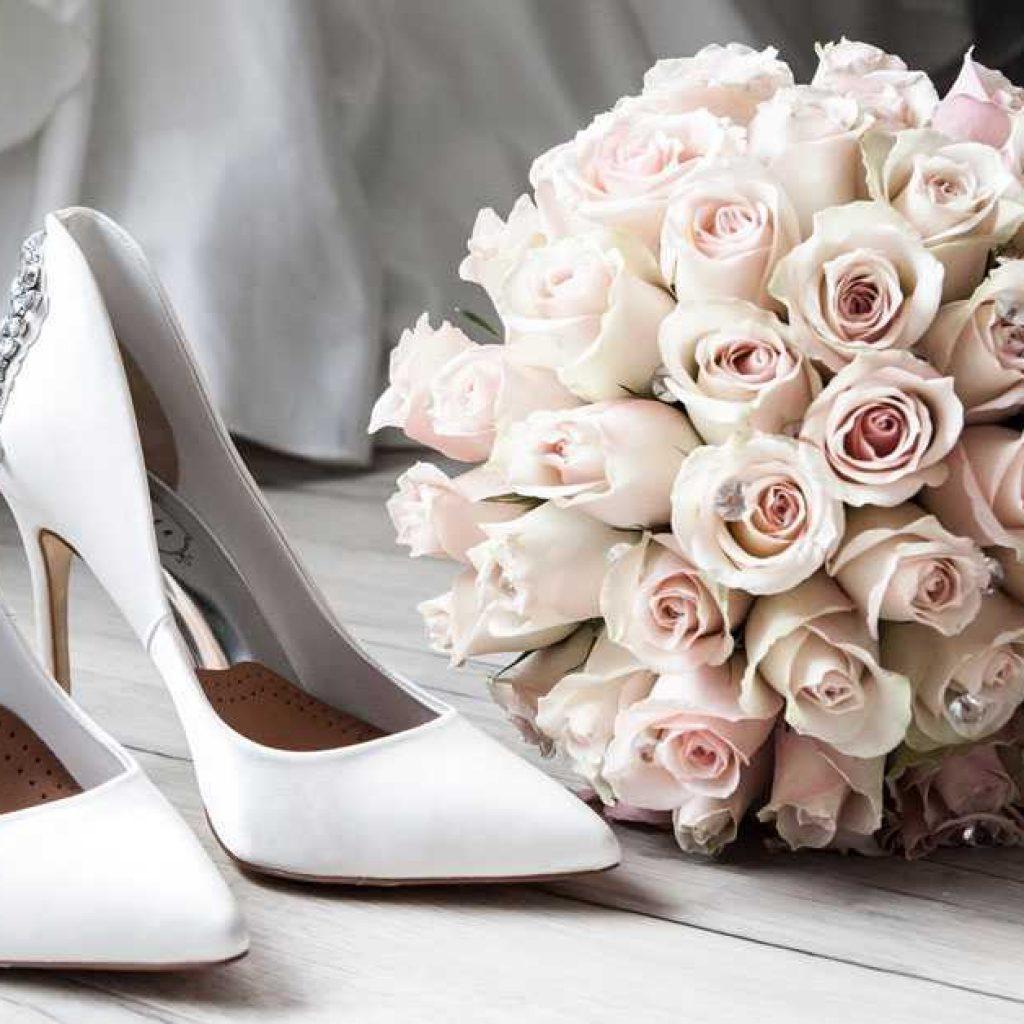 e7672e94b6 Από τα πιο απλά κι απέριττα νυφικά παπούτσια για όσες είναι λάτρεις τις  λιτότητας μέχρι και τα πιο φανταχτερά με glamorous στοιχεία για αυτές που  θέλουν να ...